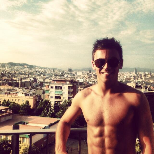 "Tom Daley en Twitter: ""Loving the view from poolside here in Barcelona :) here is my latest #DaleyDiary :)"""